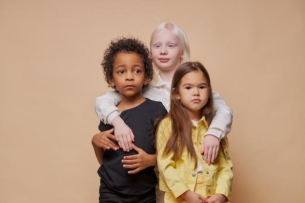 Retrato de crianças adoráveis e diversificadas isoladas