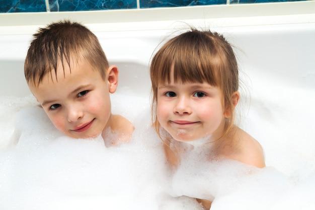 Retrato de crianças bonitas menina e menino no banho. conceito de higiene.