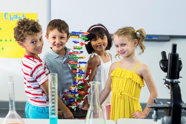 Retrato de crianças com equipamento científico