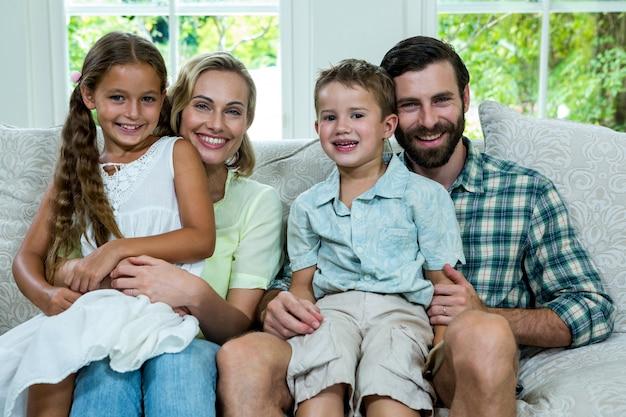 Retrato de crianças felizes com os pais no sofá