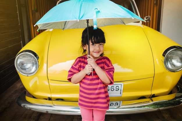 Retrato de crianças felizes com um guarda-chuva antes da excursão.