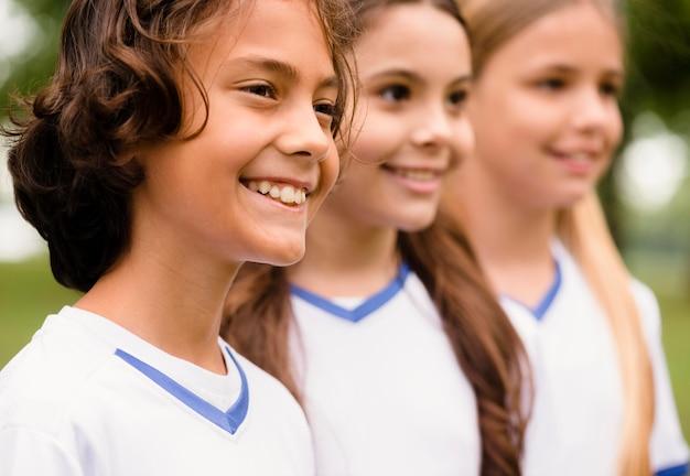Retrato de crianças felizes em roupas esportivas