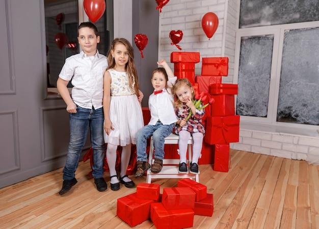 Retrato de crianças felizes olhando para a câmera quatro filhos fofos