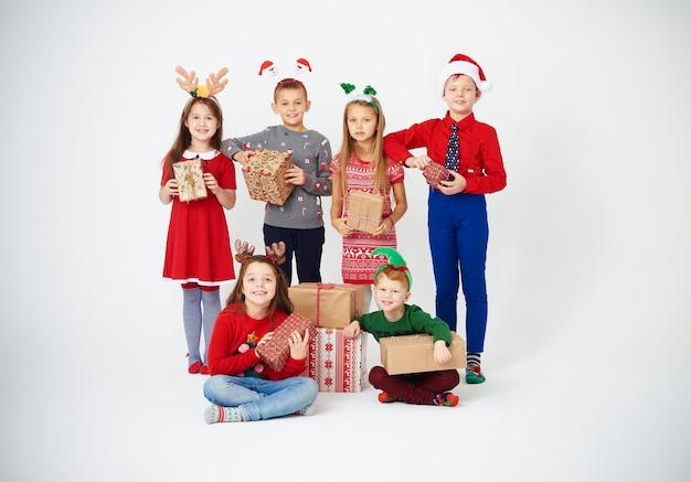 Retrato de crianças mostrando seus presentes