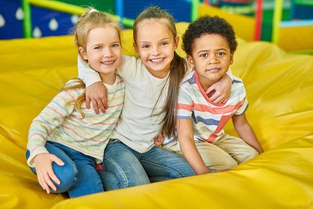 Retrato de crianças no play center