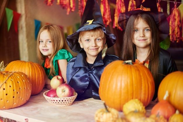 Retrato de crianças vestidas com fantasias de halloween