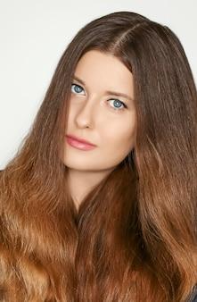 Retrato de cuidados com os cabelos e beleza, bela modelo de mulher com cabelos castanhos compridos saudáveis, anúncio de penteado natural