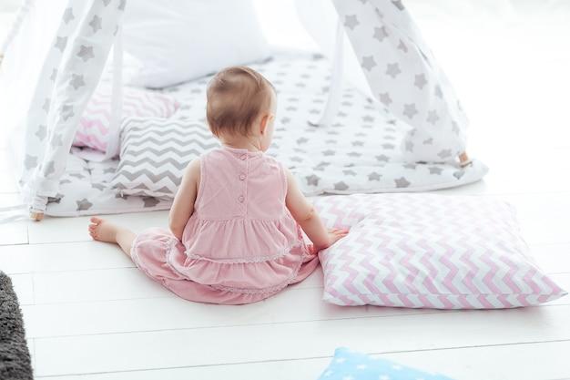 Retrato, de, cute, adorável, caucasiano, menina bebê, sentar chão, costas câmera