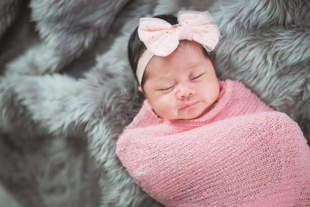 Retrato, de, cute, bebê, cama