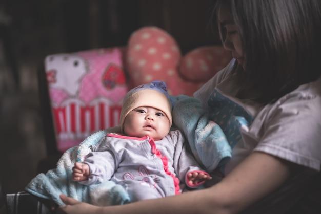 Retrato, de, cute, bebê, com, mãe