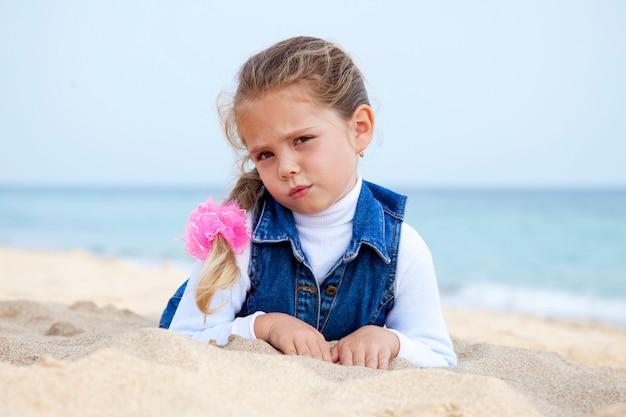 Retrato, de, cute, menina jovem, praia