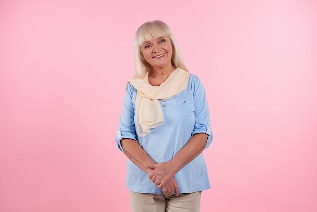 Retrato, de, cute, mulher idosa, que, é, sorrindo