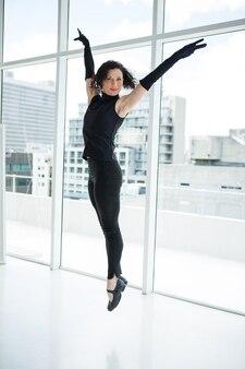 Retrato de dançarina praticando dança