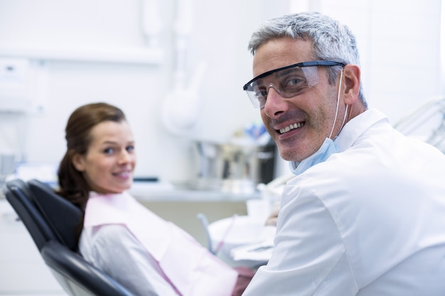 Retrato de dentista e paciente do sexo feminino