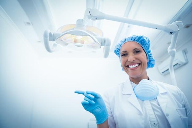 Retrato de dentista feminino sorridente