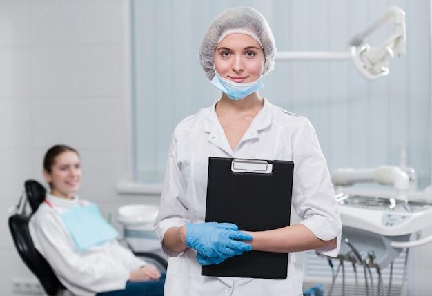Retrato de dentista segurando uma prancheta
