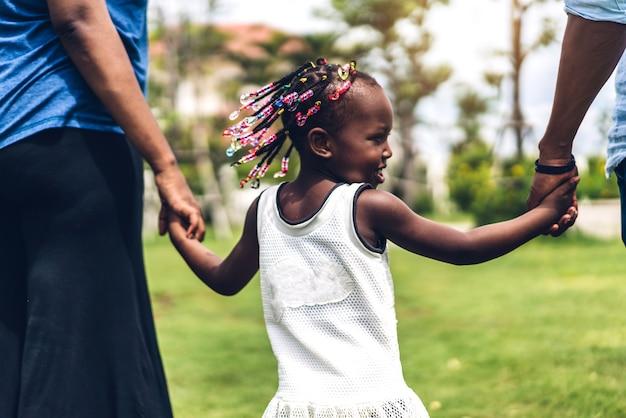 Retrato de desfrutar feliz amor família negra pai afro-americano