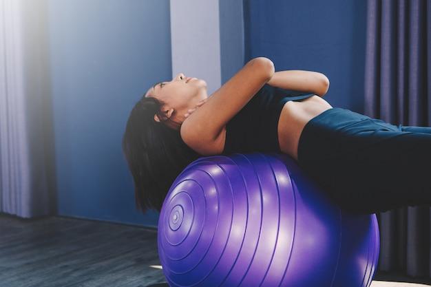 Retrato, de, deslumbrante, mulher jovem, prática, ioga, indoor, com, bola