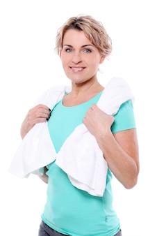 Retrato de desportista envelhecida feliz com toalha
