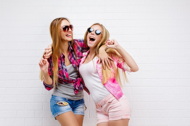 Retrato de dois amigos posando