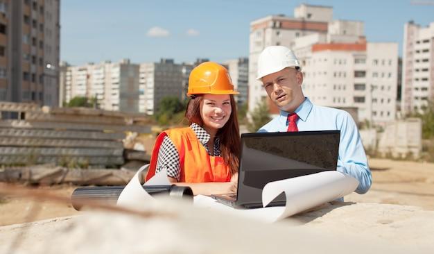 Retrato de dois construtores no local de construção