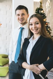 Retrato de dois empresários de sucesso. mulher na frente
