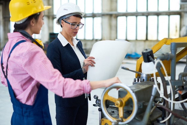 Retrato de dois engenheiros femininos na fábrica