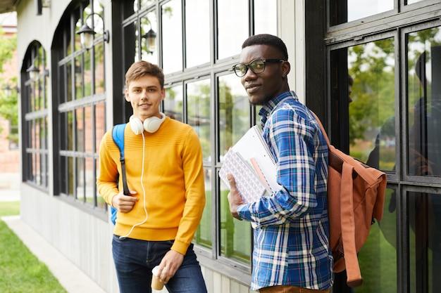 Retrato de dois estudantes universitários ao ar livre