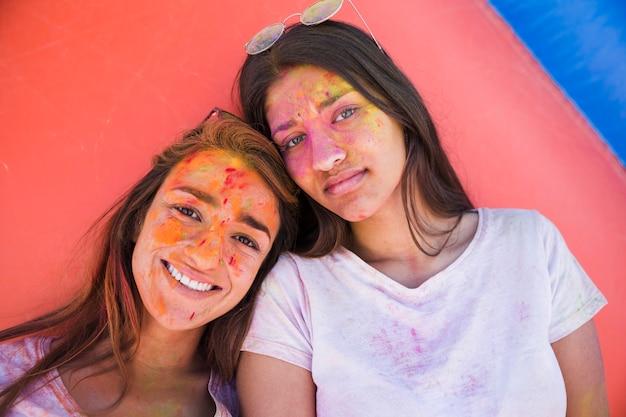 Retrato, de, dois, femininas, amigos, com, holi, cores, ligado, seu, rosto