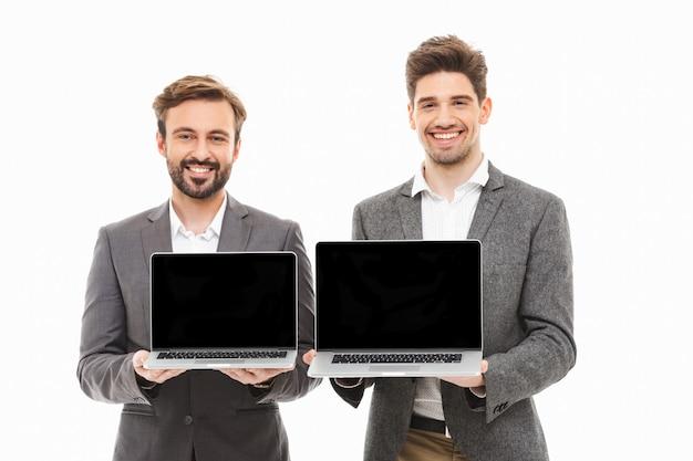 Retrato de dois homens de negócios felizes