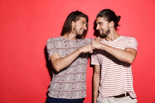 Retrato de dois irmãos gêmeos sorridentes em pé