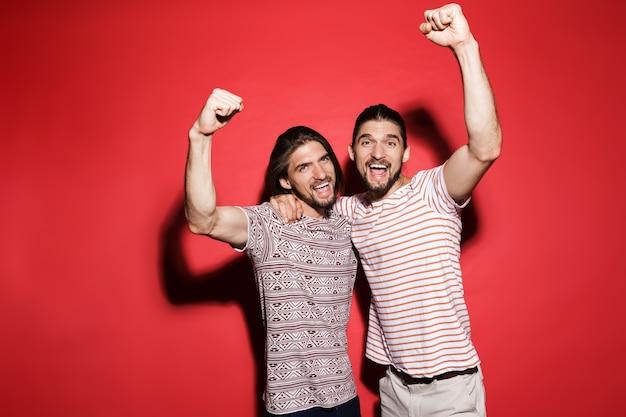 Retrato de dois jovens irmãos gêmeos animados
