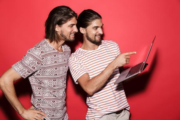 Retrato de dois jovens irmãos gêmeos felizes