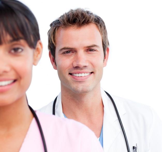 Retrato de dois médicos alegres