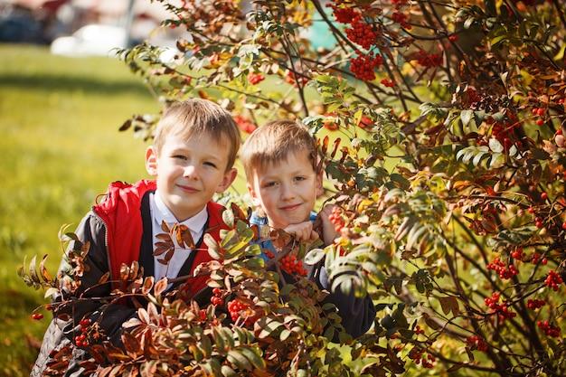 Retrato de dois meninos, irmãos e melhores amigos sorrindo. amigos abraçando.
