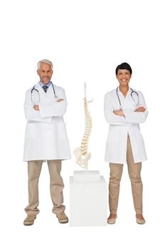 Retrato, de, dois, sorrindo, doutores, com, esqueleto, modelo