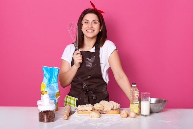 Retrato de dona de casa alegre e trabalhadora, sorrindo sinceramente
