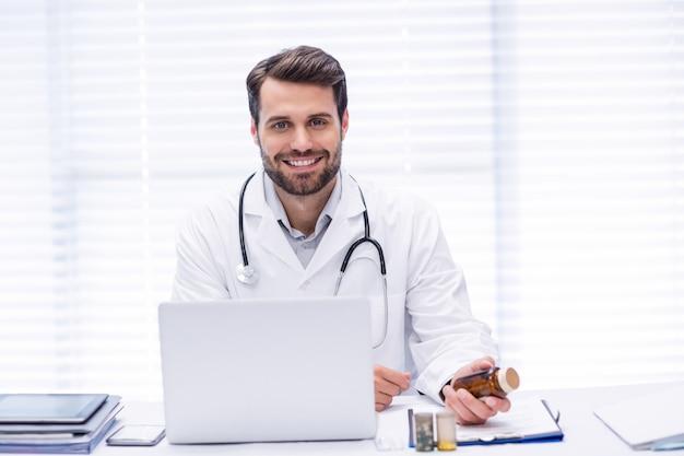 Retrato, de, doutor masculino, verificar, medicina