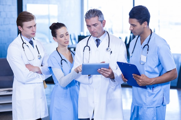 Retrato, de, doutores, mostrando, relatórios médicos, em, hospitalar