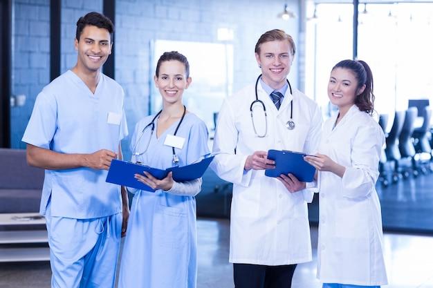 Retrato, de, doutores, olhar, relatório médico, e, sorrindo