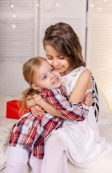 Retrato de duas adoráveis meninas irmãs irmãs amigas