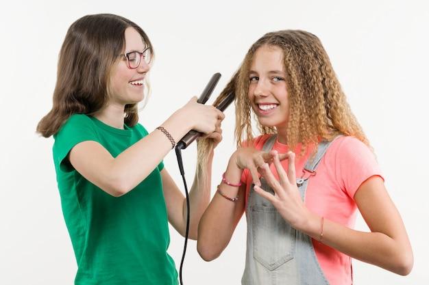 Retrato de duas amigas adolescentes fazendo penteado