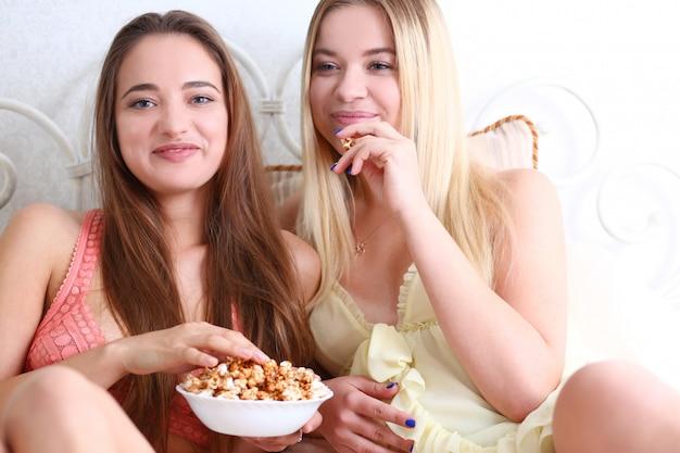 Retrato de duas belas jovens sorrindo feminino