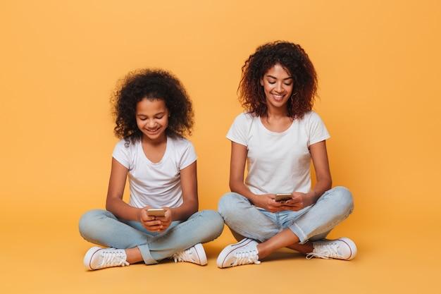 Retrato de duas irmãs afro-americanas alegres