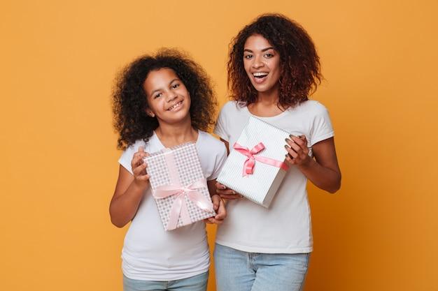 Retrato de duas irmãs afro-americanas bonitas