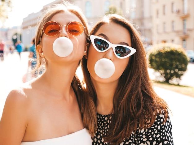 Retrato de duas jovens bonitas garotas hipster em roupas da moda verão