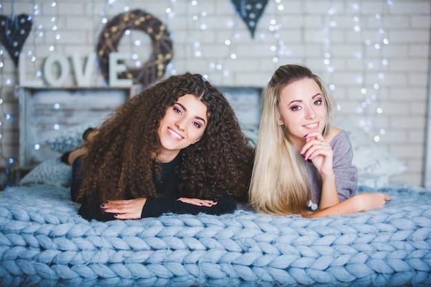 Retrato de duas jovens mulheres bonitas em comemoração ao natal.