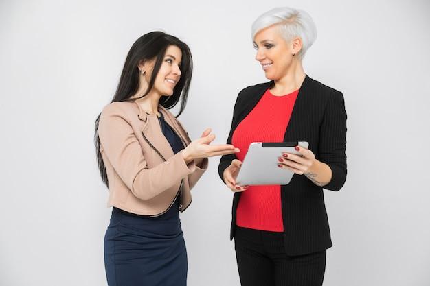 Retrato de duas jovens senhoras de negócios em trajes na