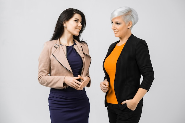 Retrato de duas jovens senhoras de negócios em trajes