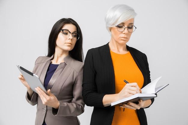 Retrato de duas jovens senhoras em trajes isolados na
